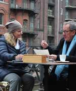 "Andrea Bentscheider und Geoffrey Rush während der Dreharbeiten zu ""Who Do You Think you Are?"" in der Hamburger Speicherstadt"